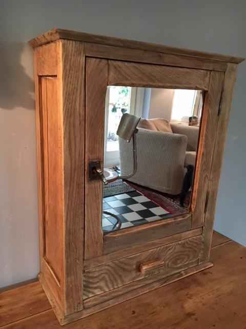 Brocante houten wandkastje met spiegel