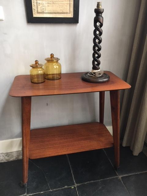 Vintage houten tafeltje verrijdbaar