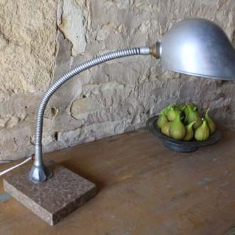 Industriële bureaulamp op natuursteen