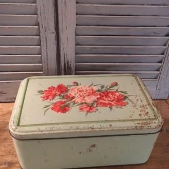 Groot oud blikken doos met rozen