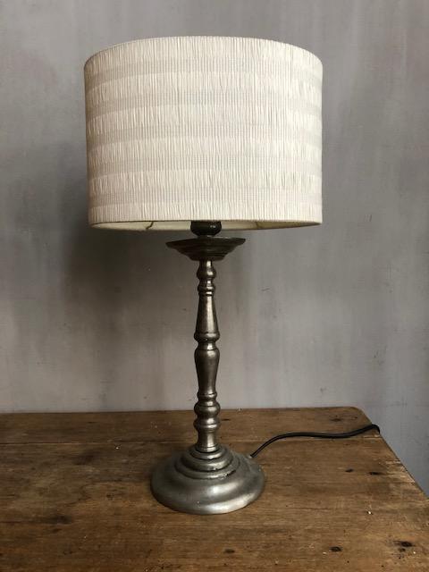 antieke tafellamp van tin