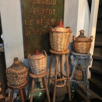 Oude Franse mandflessen met gekleurde gistflessen