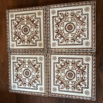 Oude decoratieve tegels als onderzetter