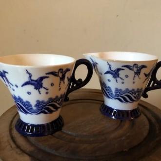 Twee Franse blauw witte schenk kannetjes sauskom