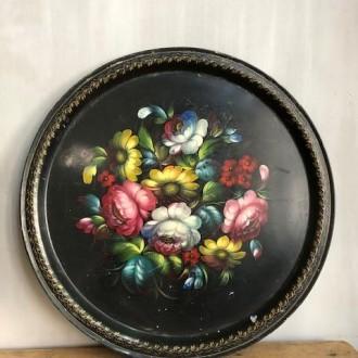 Groot rond hand geschilderd dienblad met bloemen