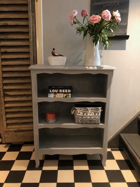 frans boekenkastje grijs sierlijk landelijk vintage antiek