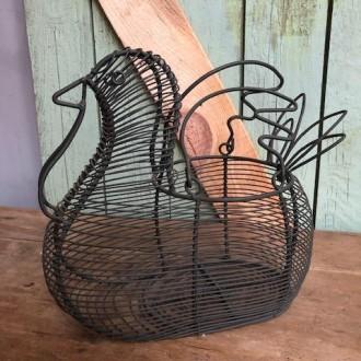 Draadstalen eiermand in de vorm van een kip