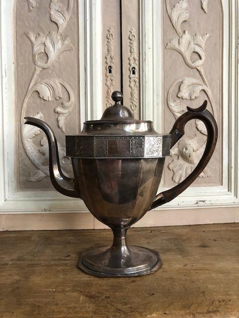 antieke verzilverde theepot op voet