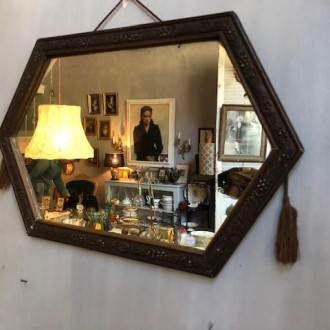 Brocante spiegel met kwastjes en bijzondere vorm (32 x 50 cm)
