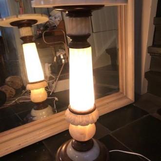 Pied de stalle van marmer en hout met licht