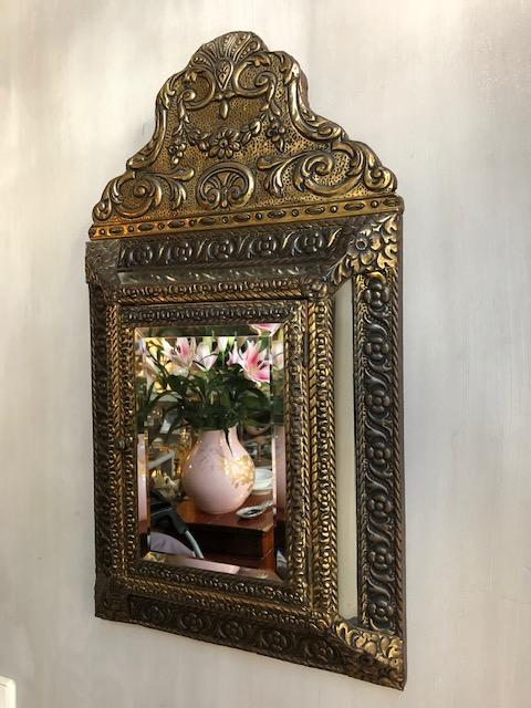 oude kussen spiegel met kastje