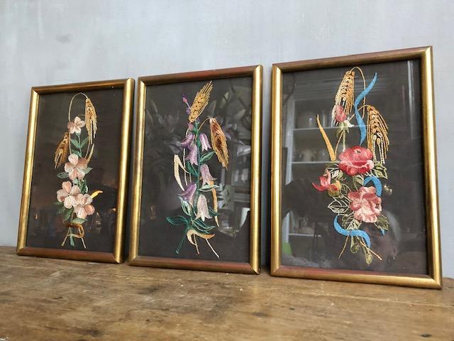 Vintage geborduurde schilderijtjes