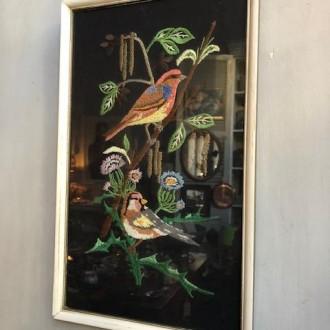 Vintage schilderij met geborduurde vogels