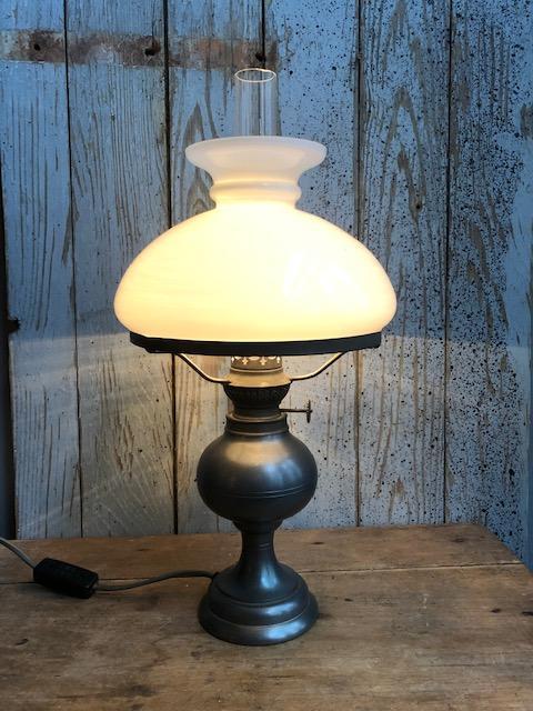 Oude tinnen tafellamp