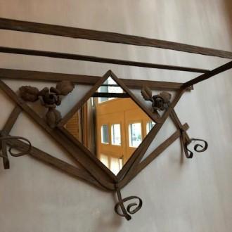 Brocante metalen kapstok met spiegeltje en roosjes