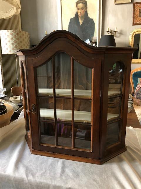 antiek vitrine kastje of wandkastje