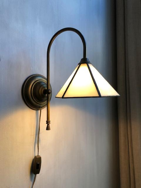 Antieke wandlamp in tiffany stijl