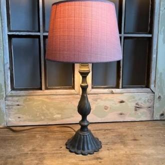 Tafellampje van tin met zacht roze kap