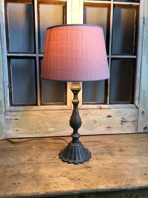 Tafellampje van tin met roze kap