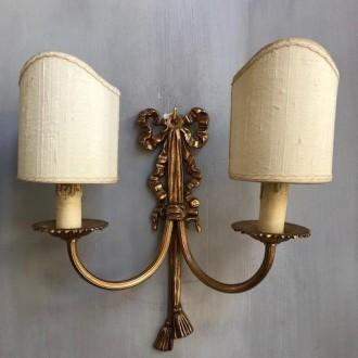 Klassieke messing wandkandelaar of wandlamp met strik en halve kapjes