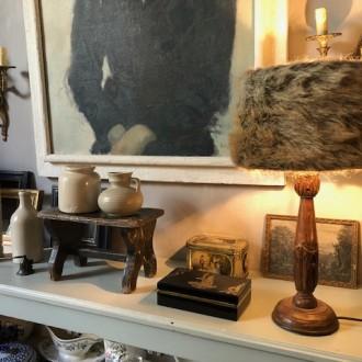 Landelijke houten tafellamp met kap met imitatie bont