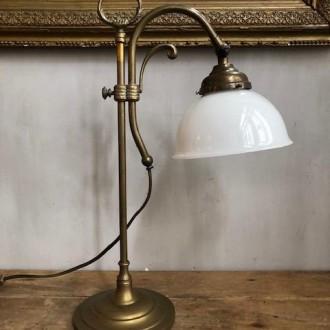 Oude Franse tafellamp met opaline kapje