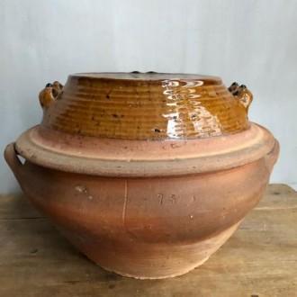 Oude aardenwerken schaal met deksel