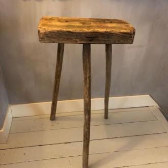 Rustiek landelijk hoog hakblok of plantentafel