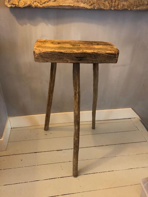rustiek oud hakblok of plantentafel