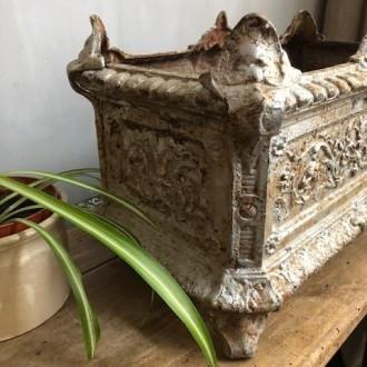 Grote antieke Franse jardinière met mank pootje