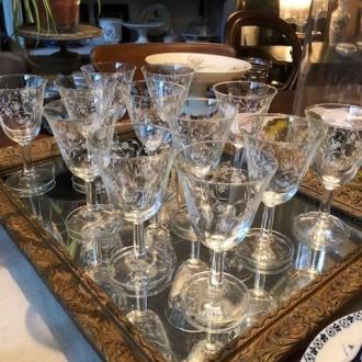Grote en kleine bewerkte Franse wijnglazen