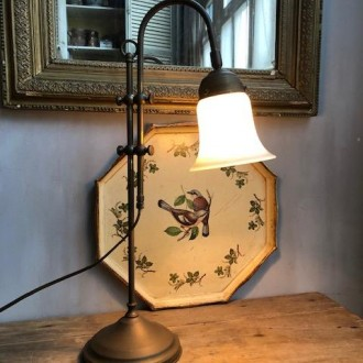 Oude messing kelklamp met opaline kapje