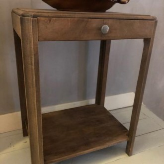 Sober art nouveau bijzettafeltje met lade en plank onder