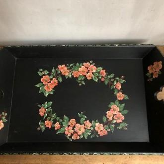 Met bloemen beschilderd zwart dienblad