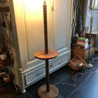Vintage houten vloerlamp met tafelfunctie | Verkocht