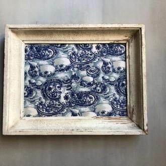 Brocante lijst met blauwe stof met servies print