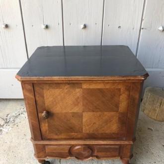 Antiek noten houten nachtkastje op wieltjes met zwart geverfd blad