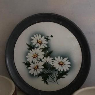 Schaal met margrieten, tin en aardewerk   Verkocht