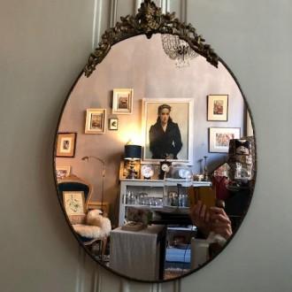 Grote brocante spiegel met bewerkte kuif