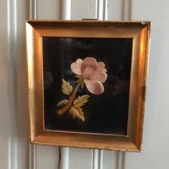 Goud lijstje met geborduurde bloem