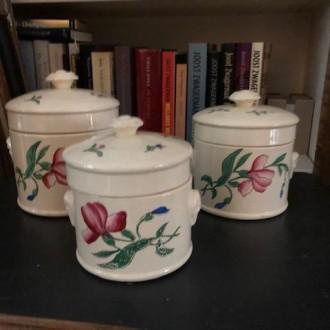 Trio brocante aardewerken potjes met deksel en floraal design